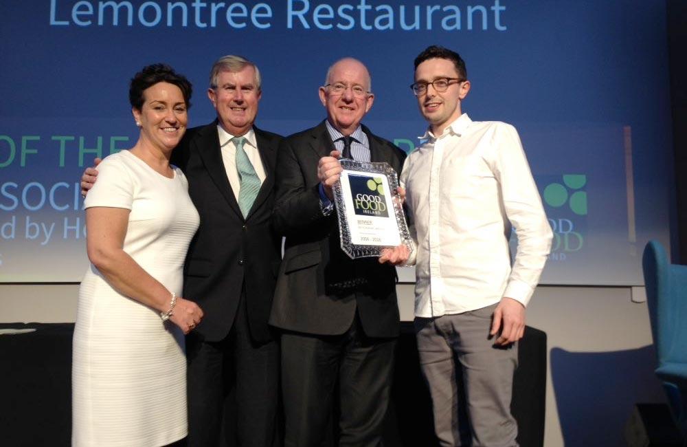 Christopher Molloy of The Lemontree, Letterkenny, receivng his Savvy Social award. Photo: @irishfoodguide/Twitter